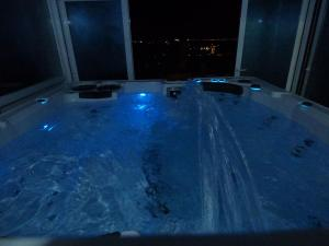 hottub-4-blue-night